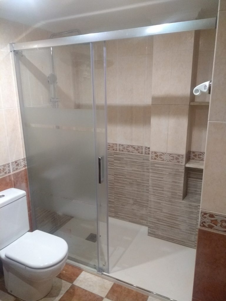 Différences entre un receveur de douche en résine et à carreler